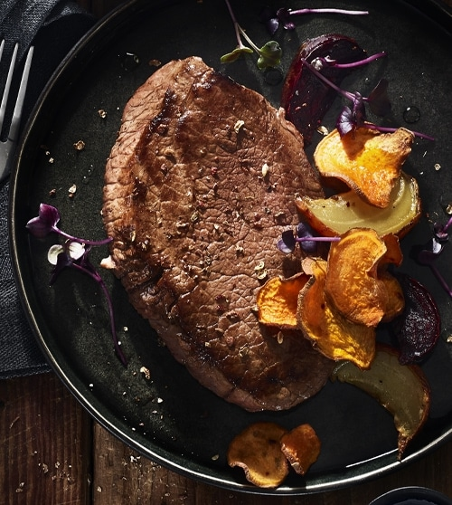Wagyu Steak recept van onze chef kok? Geflambeerde Wagyu steak met gekaramelliseerde biet en bataat chili chips. Bestel Wagyu Steak bij The Meatlovers.